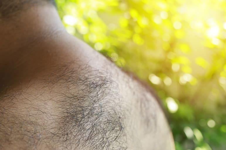 Nahaufnahme von behaarten Rücken und Schultern eines Mannes