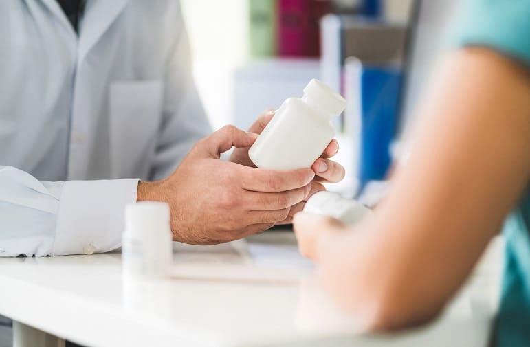 Arzt klärt Patienten über die Wirkung von Tabletten gegen Haarausfall auf