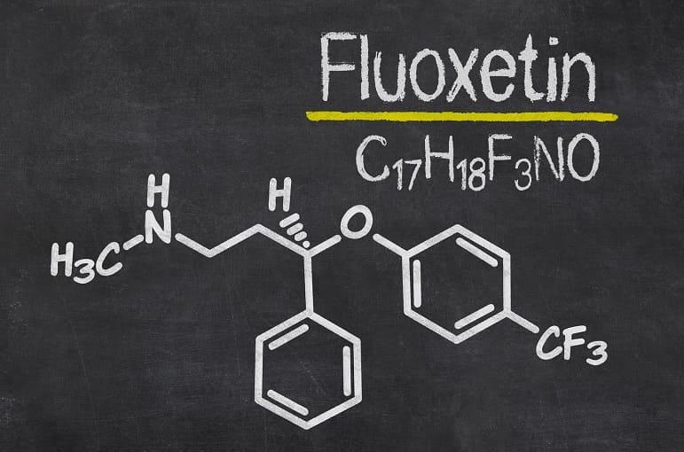 Das Wort Fluoxetin und die chemische Formel auf einem schwarzen Hintergrund
