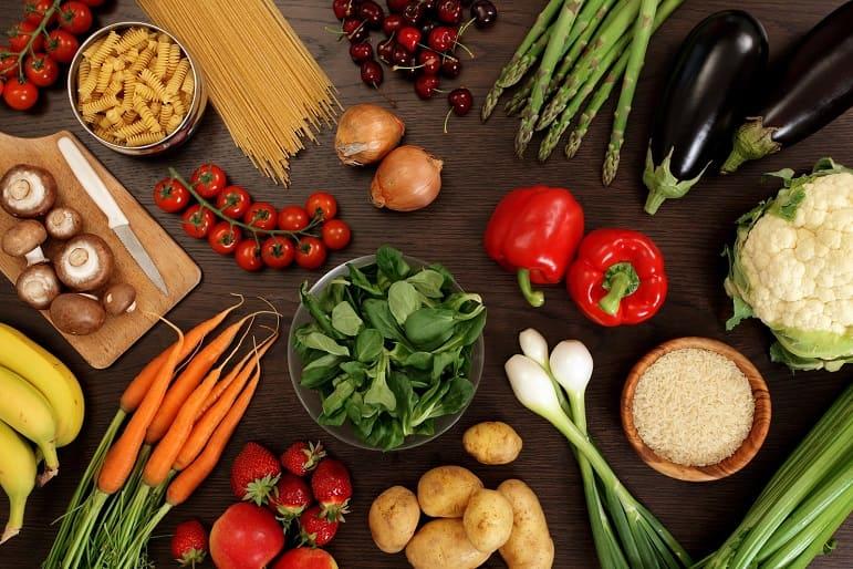 Frisches Gemüse und weitere gesunde Nahrungsmittel auf einem Tisch