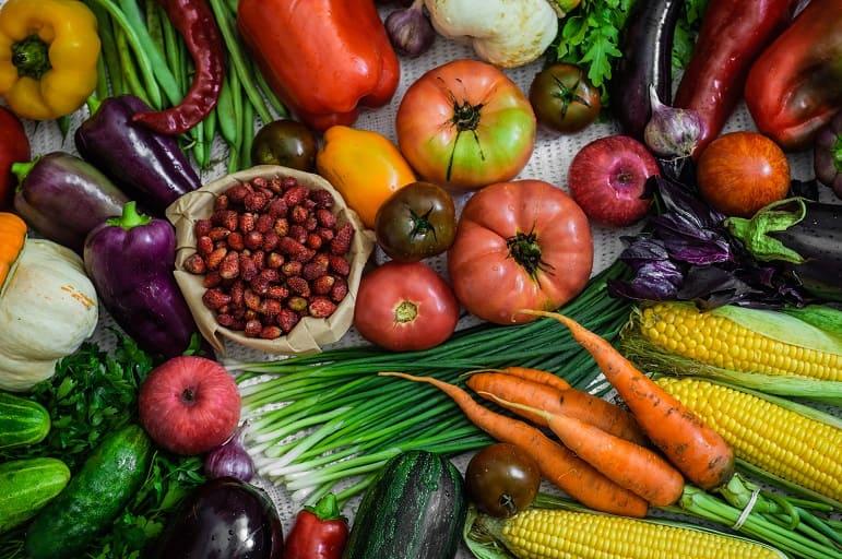 Frische und gesunde Nahrungsmittel liegen zusammen auf einer Tischdecke