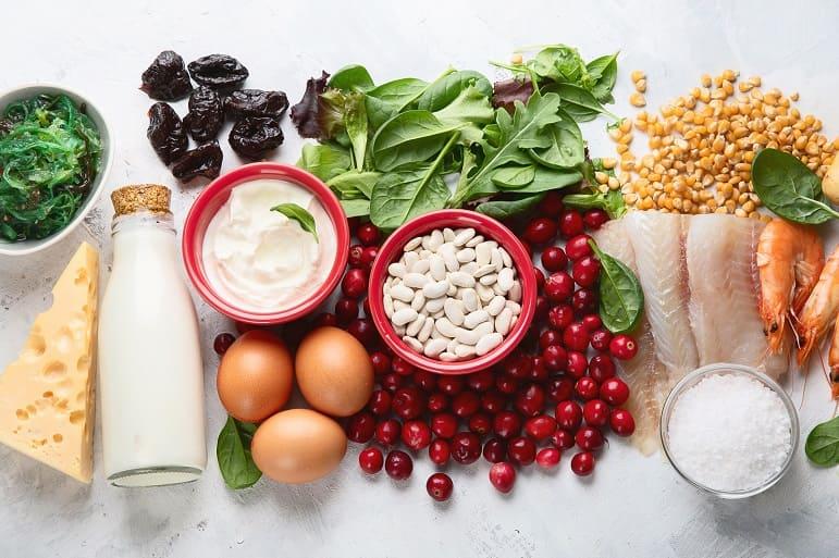 Verschiedene jodhaltige Lebensmittel auf einem Tisch