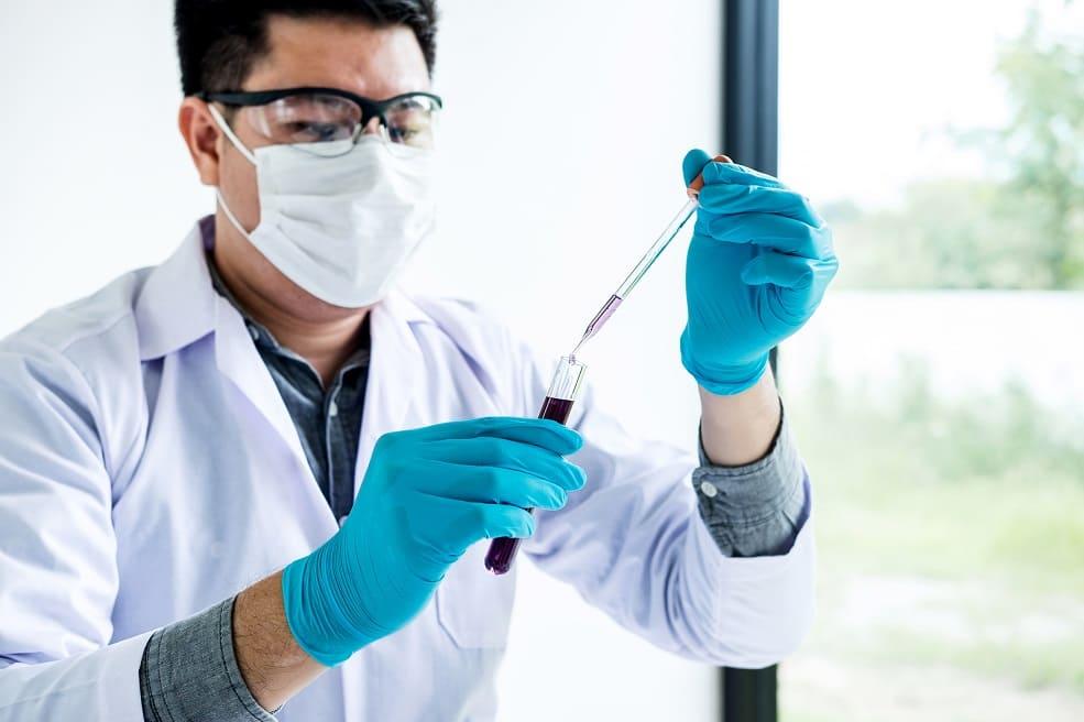 Arzt prüft die Blutprobe eines Patienten