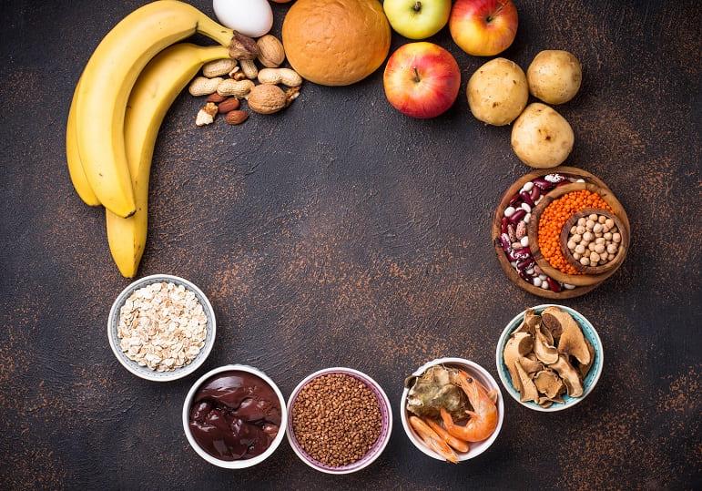 Verschiedene Lebensmittel die einen hohen Eisenwert haben in einem Kreis angeordnet