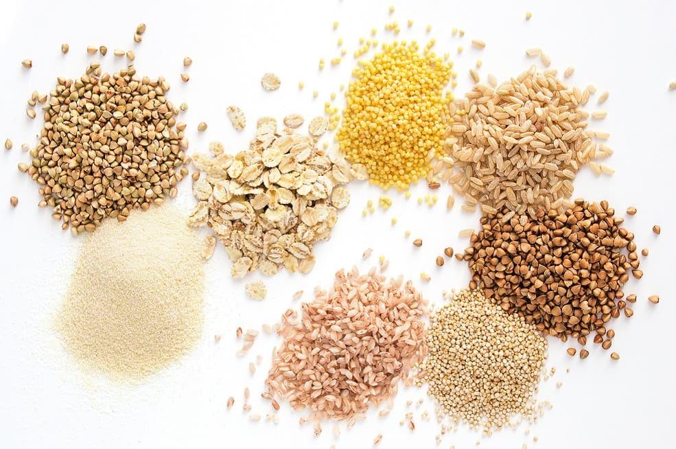 Verschiedene Haufen an Getreidesorten nebeneinander