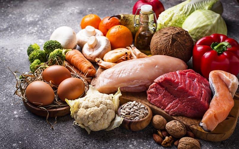 Proteinreiche Lebensmittel liegen zusammengestellt auf einem Tisch