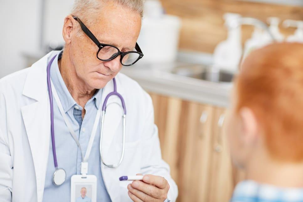 Arzt prüft Corona Symptome bei einem Patienten