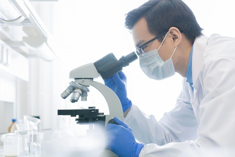 Chinesischer Arzt im Labor überprüft den Coronavirus