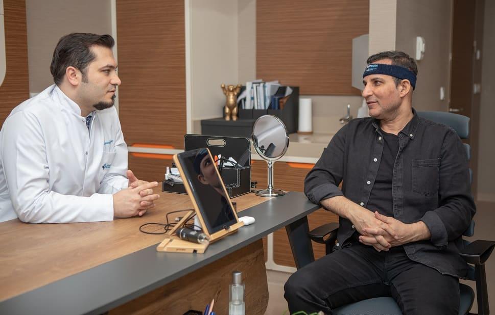 Dr. Balwi berät Rafet El Roman zu seiner Haartransplantation