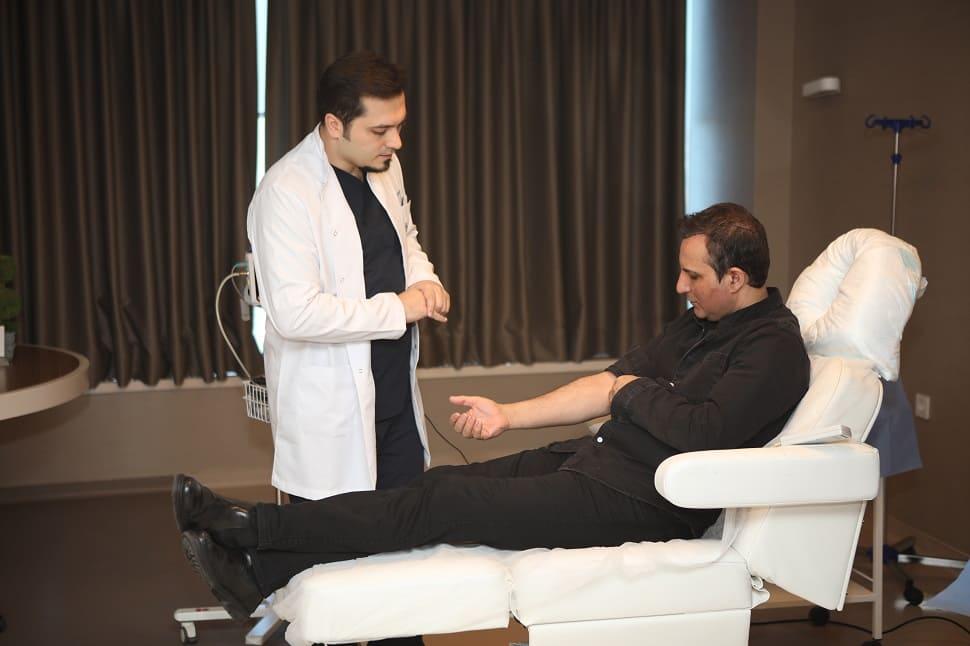 Dr.Balwi bei der Blutabnahme mit Rafat El Roman