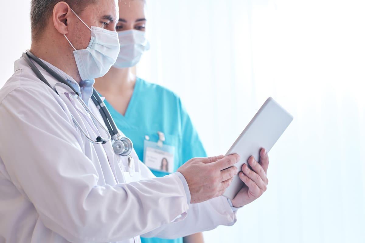 Haarausfall - Welcher Arzt sollte aufgesucht werden?