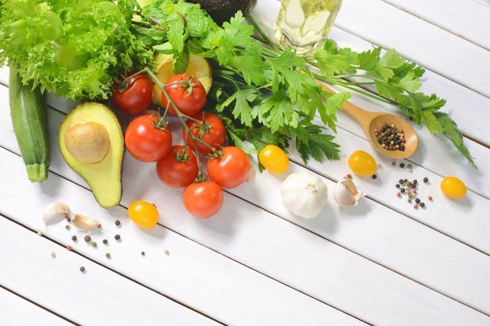 Gesunde Lebensmittel auf einem weißen Holztisch