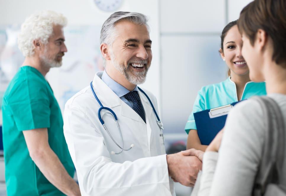 Arzt schüttelt die Hand vom Patienten
