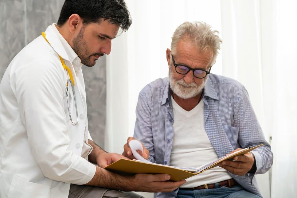 Arzt behandelt älteren kranken Mann