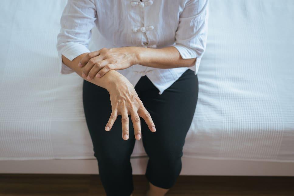 Frau leidet an Erkrankung am rechten Arm