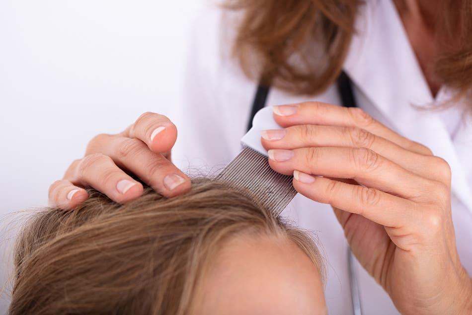 Ärztin untersucht die Haare Ihrer Patientin