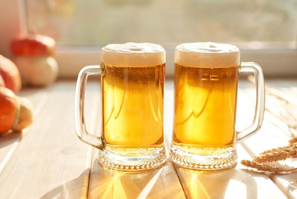 zwei Bier Gläser auf einem Tisch