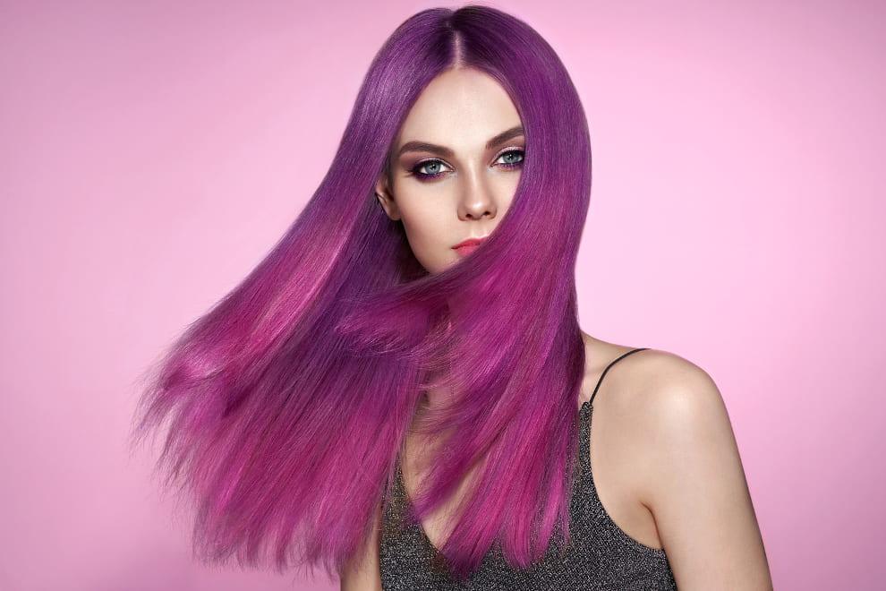 Frau mit gefärbten Haaren