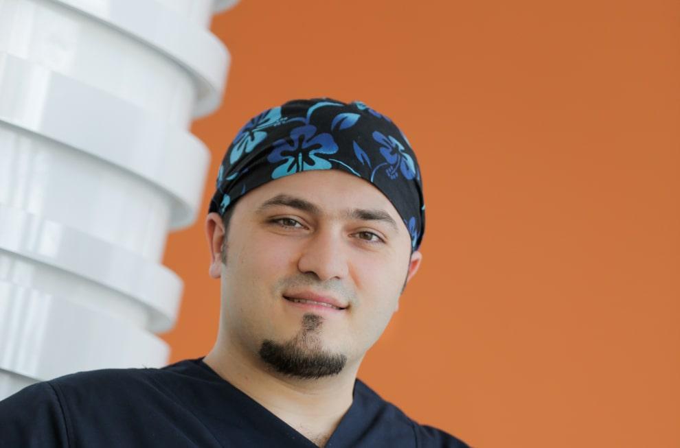 Dr. Balwi trägt ein Kopftuch und lächelt in die Kamera
