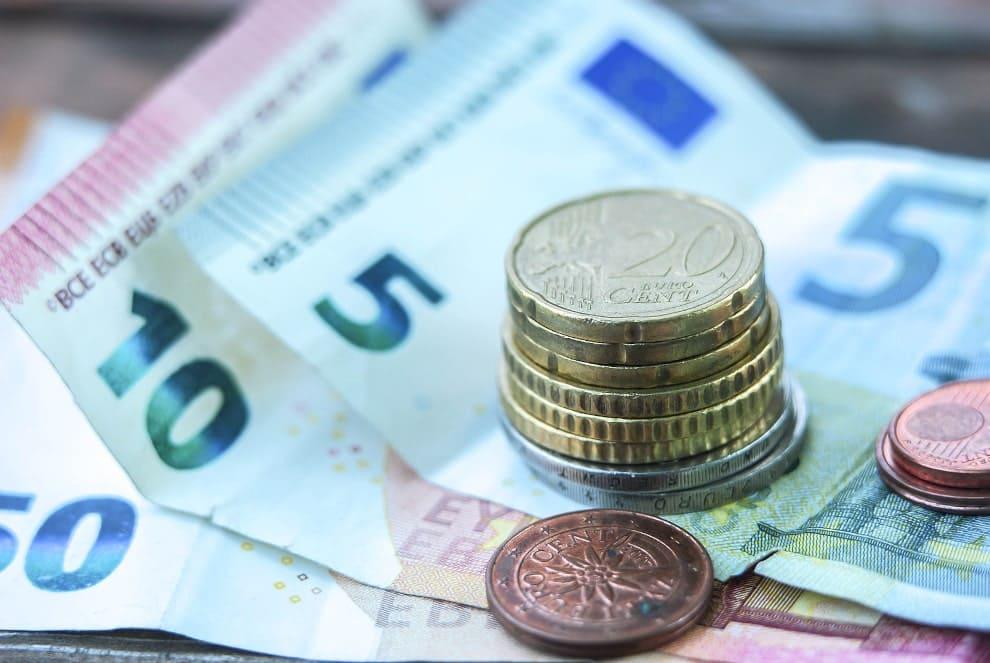 Kleingeld liegend auf diversen Euro Geldscheinen