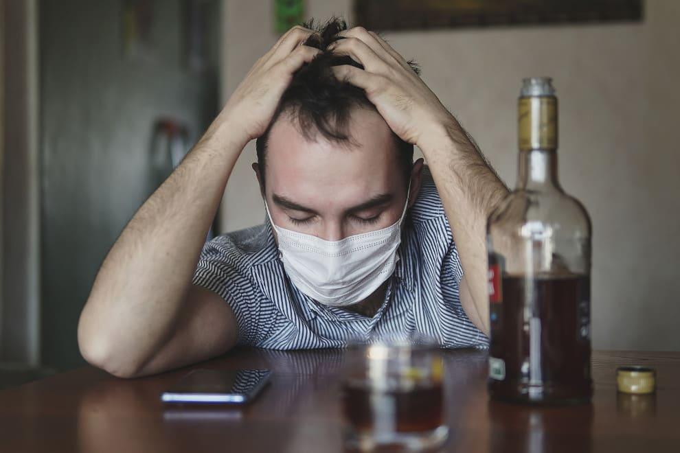 Mann trinkt vor seiner Haartransplantation Alkohol