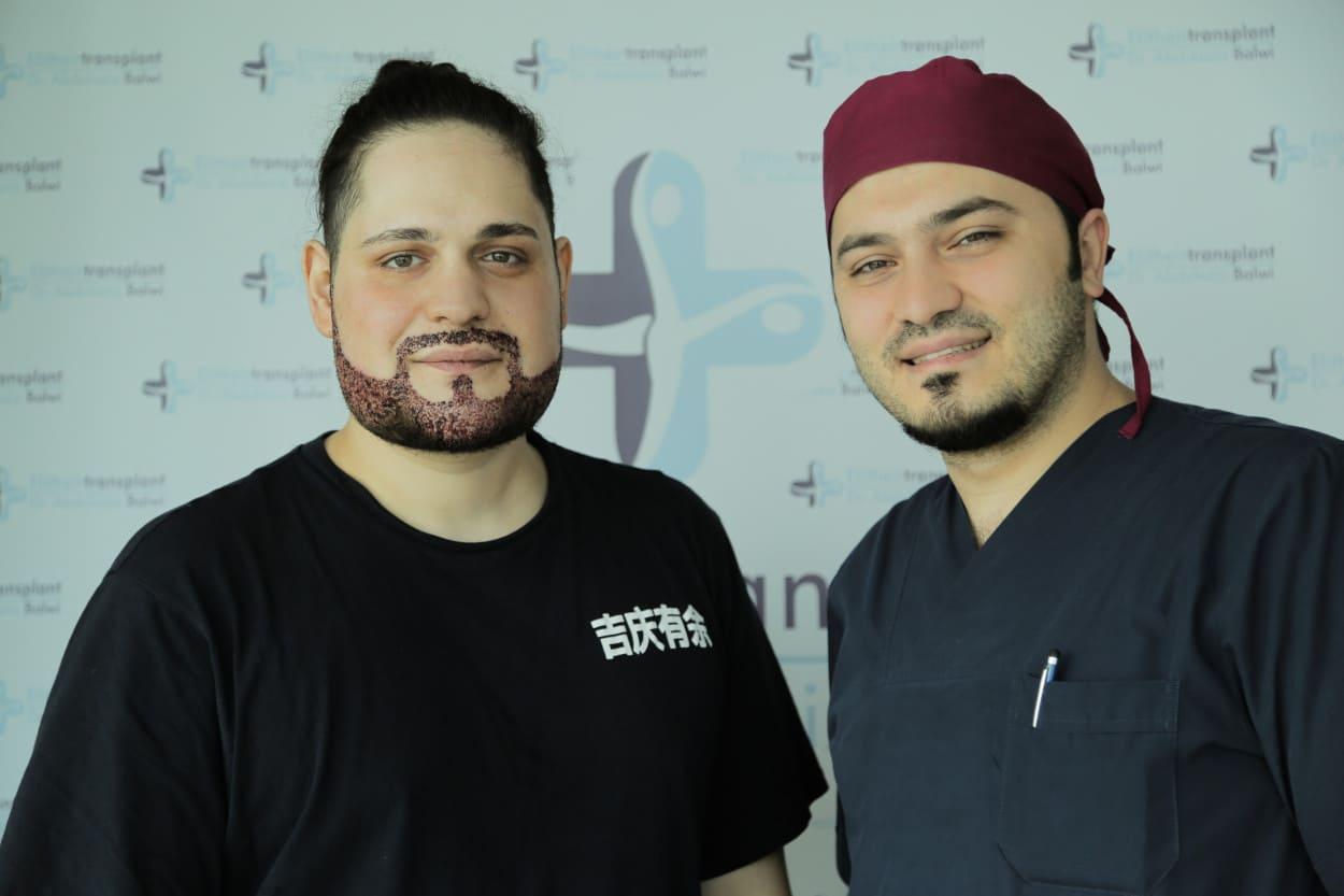 Patient neben Dr. Balwi nach seiner Barthaartransplantation