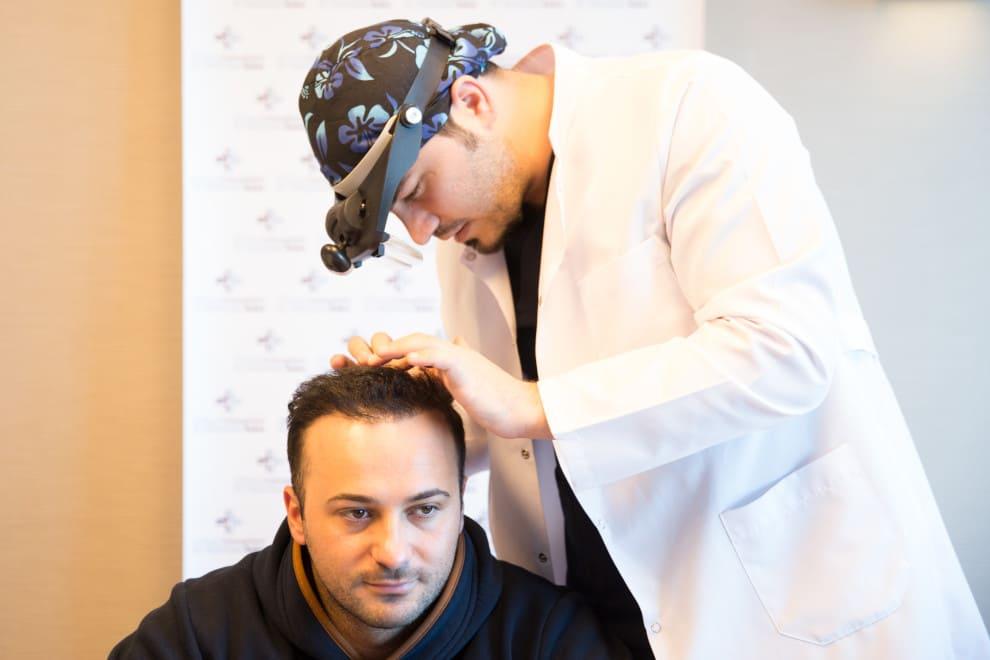 Dr. Balwi untersucht Patienten, der wissen wollte, wie viele Haartransplantation möglich sind