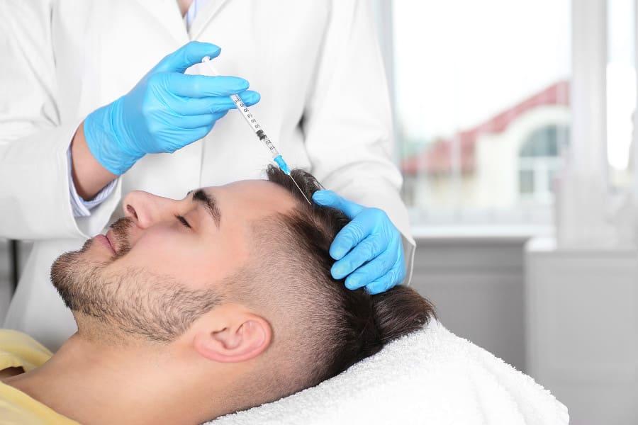 Mann bei PRP Behandlung weil er Angst vor Haartransplantation hat
