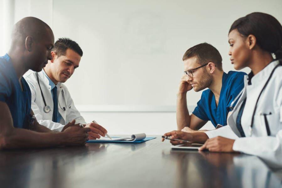 i medici si consultano a seguito di una visita tricologica