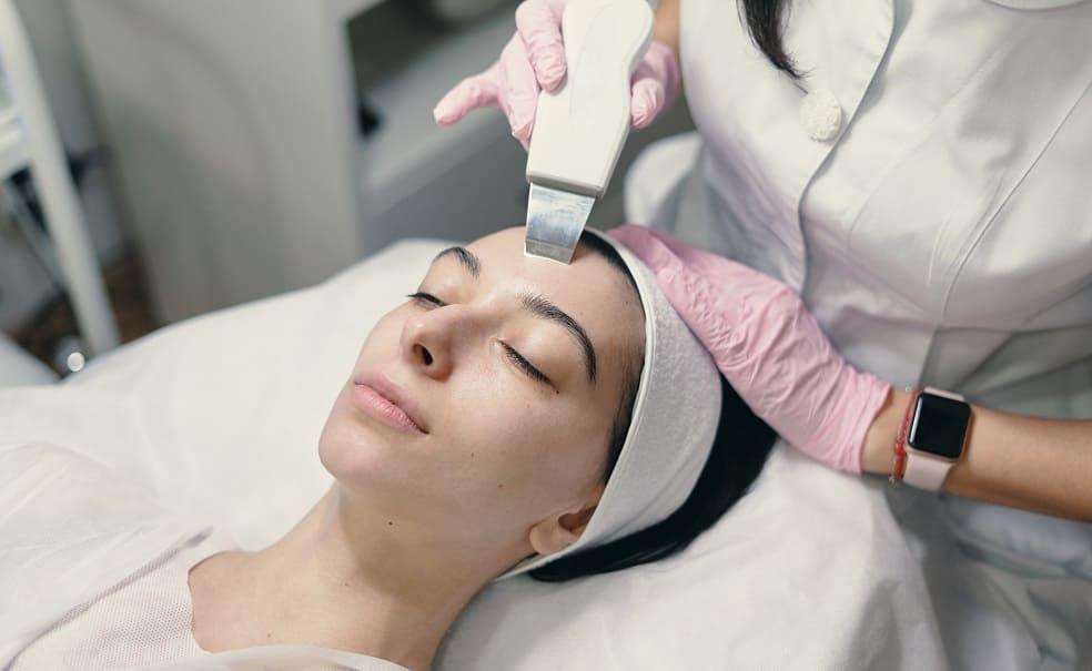 Donna paziente durante trattamento alla pelle
