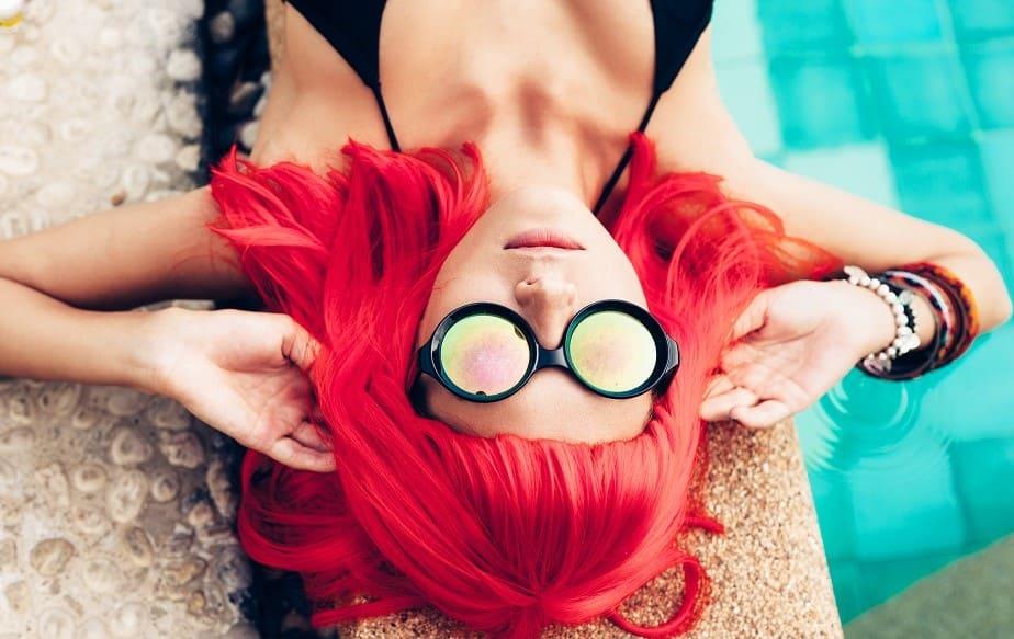 donna con parrucca dai capelli veri rossa