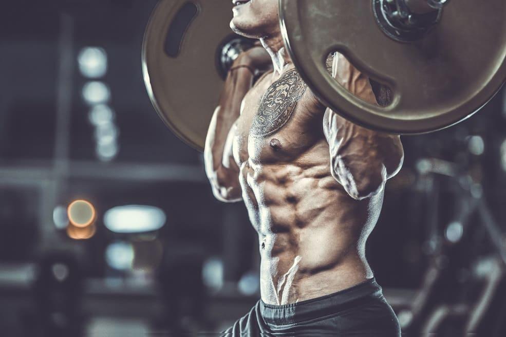 uomo fa bodybuilding, senza perdere i capelli