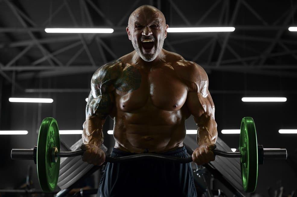 Uomo calvo fa bodybuilding ma non è lo sport che fa perdere i capelli