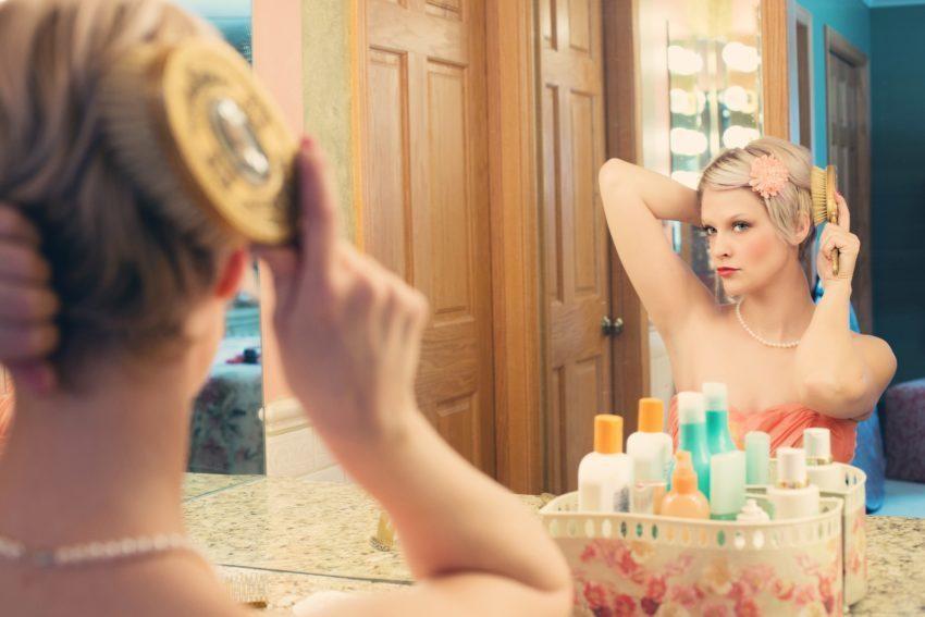 donna soffre di caduta capelli in menopausa