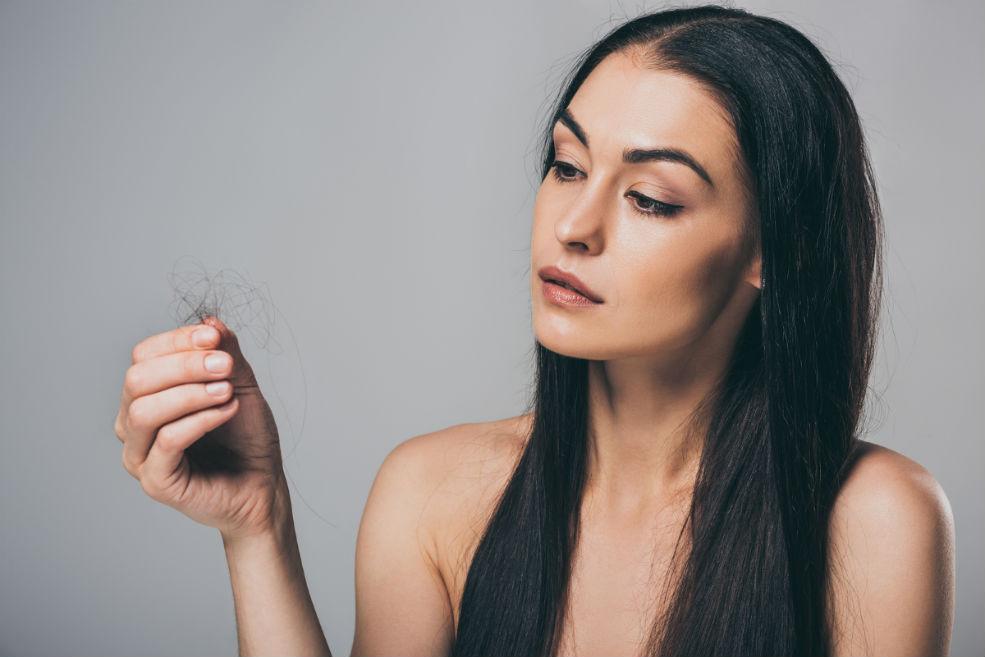 donna affetta da perdita dei capelli in menopausa
