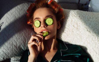 donna fa un trattamento di cheratina per capelli