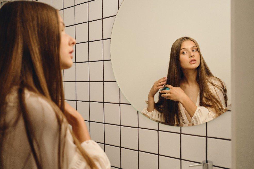 donna soddisfatta dall'effetto della cheratina per capelli
