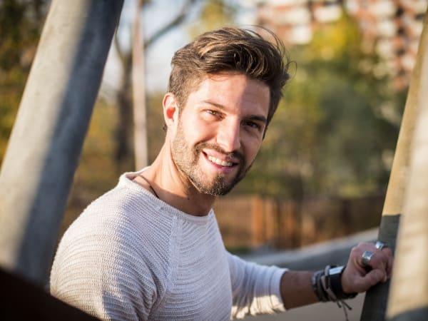 Un giovane uomo felice dopo un trapianto di capelli a prezzi accessibili in Turchia