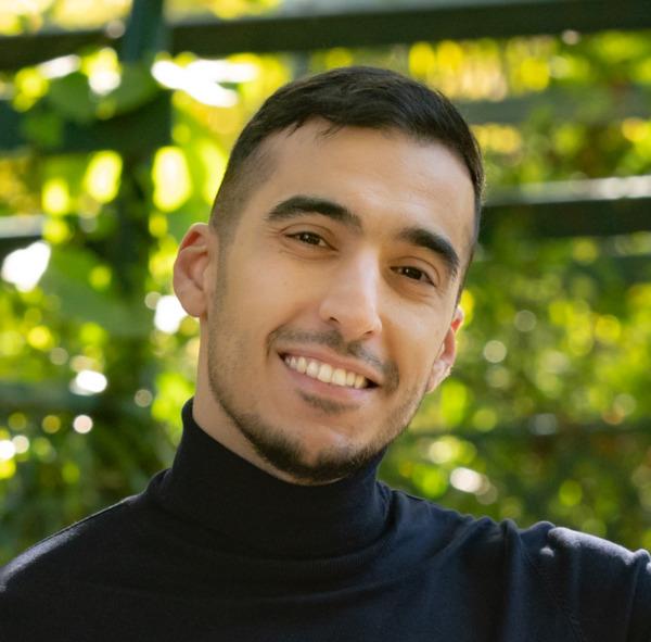 paziente felice dopo una procedura di successo del trapianto di capelli in Turchia