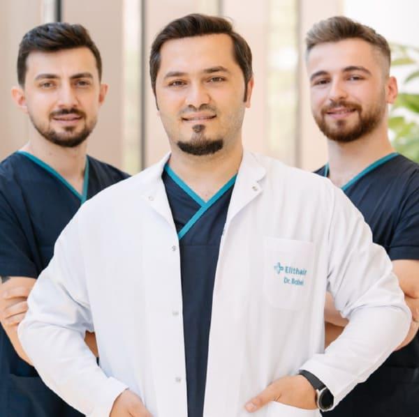 il dr Balwi insieme al suo team di specialisti di trapianto di capelli Elithair