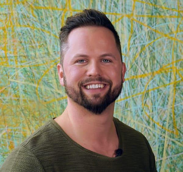 immagine di un uomo che è felice di riavere i suoi capelli grazie a elithair