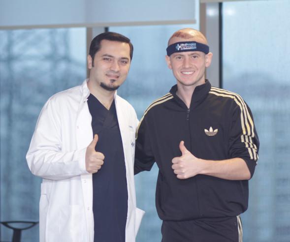 Dr Balwi com um paciente após seu transplante de cabelo na Turquia