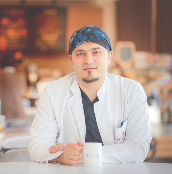 Dr Balwi nosso especialista cirurgia de cabelo sobre uma chávena de café