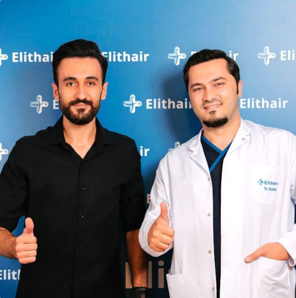 Dr. Balwi com um paciente de transplante capilar da Elithair