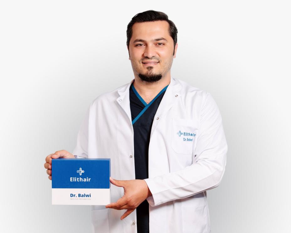 Dr. Balwi com o kit de preparação NEO FUE para um transplante capilar perfeito