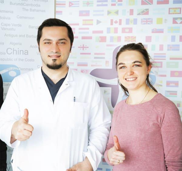 Dr. Balwi com uma paciente da Elithair após seu transplante de sobrancelha