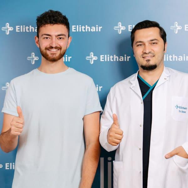 Dr. Balwi com um paciente da Elithair satisfeito