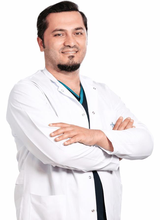 Fotografia do Dr. Balwi sorrindo com braços cruzados