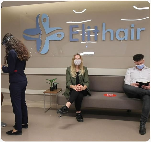 Pacientes sentados na sala de espera da clínica Elithair