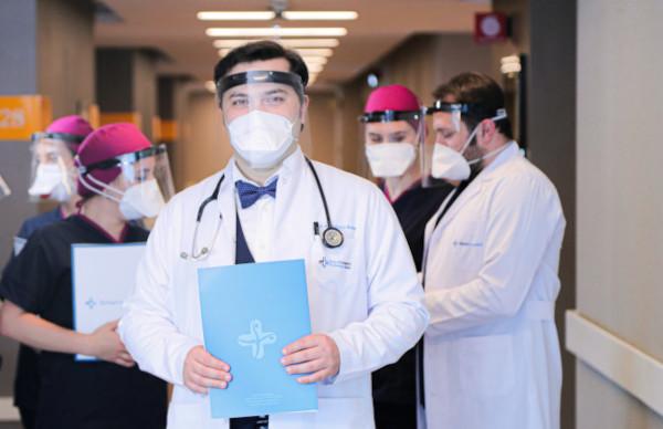 Dr. Balwi com o seu equipamento protegido COVID-19